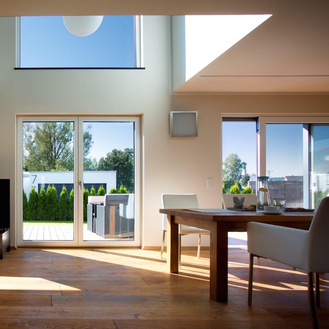 Fenstertüren in unterschiedlichen Varianten: Drehflügeltür (l.) und Schiebtür. Foto: Kneer-Suedfenster