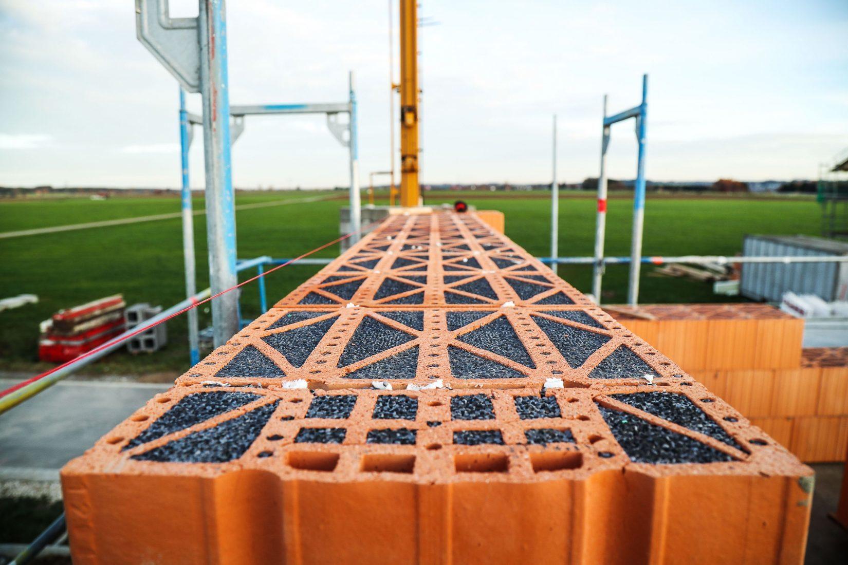 Diese Mauerwerkziegel sind mit EPS-Perlen gefüllt. Foto: Joma Dämmstoffwerk GmbH