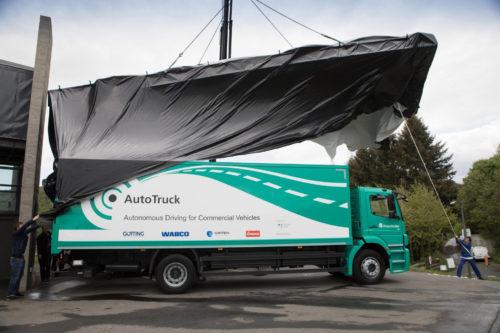 Übergabe eines autonom fahrenden Projekt-Lkw. Abbildungen: Fraunhofer IVI