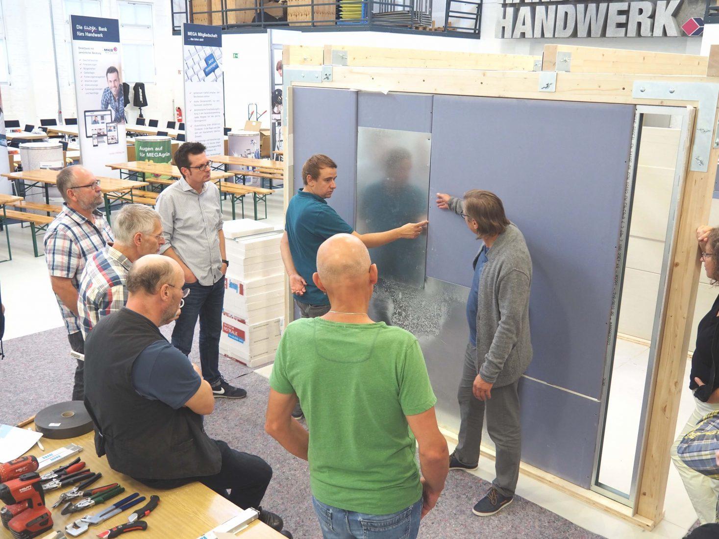 Die Kleingruppen präsentieren ihre erfolgreich konstruierten Wände den anderen Teilnehmern. Foto: Knauf