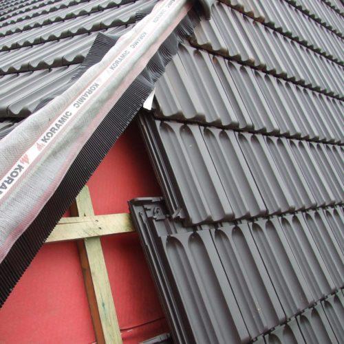 Dachziegel mit rückseitiger Verfalzung werden einfach an den Traglatten eingehängt. Foto: Wienerberger / Koramic
