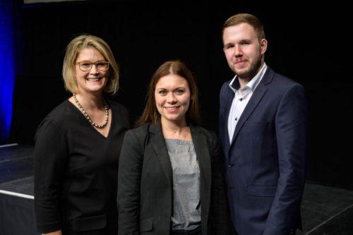 IHK-Präsidentin Aline Henke (l.) gratuliert Hagebau-Ausbildungsleiterin Carolin Möller und Alexander Drewes. Foto: tonwert21.de