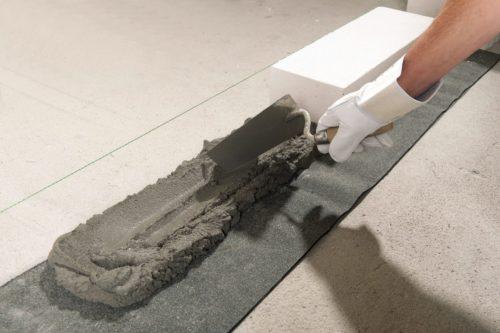 Variante Kalksandstein: Der Kimmstein wird in Normalmörtel gebettet – darunter liegt eine Dichtungsbahn. Foto: Xella