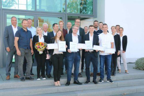 Die vier Auszubildenden des Jahres 2018 (vorne mit Zertifikat und Scheck) wurden von Dr. Eckard Kern (l.) und dem Fachausschuss der Eurobaustoff-Akademie ausgezeichnet.