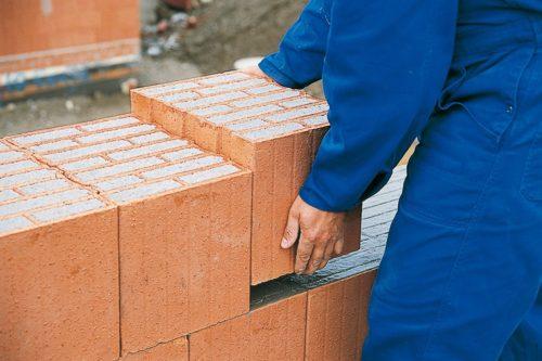 Moderner Klassiker: Ziegelmauerwerk mit Perlit-Granulat als Füllung. Foto: Deutsche Poroton