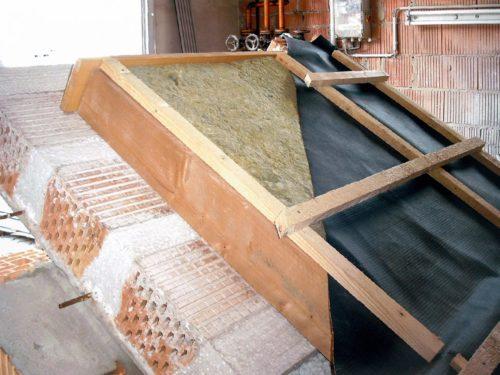 Ziegel-Massivdach mit aufgebrachter Dämmung, Unterspannbahn und Lattung. Foto: Lücking Ziegelwerk