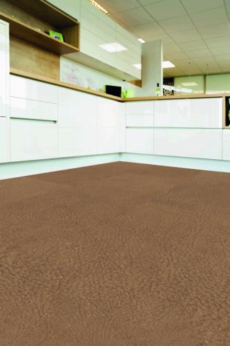 Dieser modulare Mehrschichtboden hat eine Nutzschicht aus Leder-Faserstoff. Foto: Li&Co AG