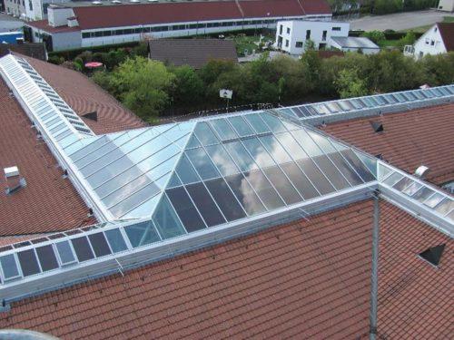 Lichtbänder in Satteldachform auf der Sebastian-Strobel-Schule in Herrieden. Foto: Lamilux