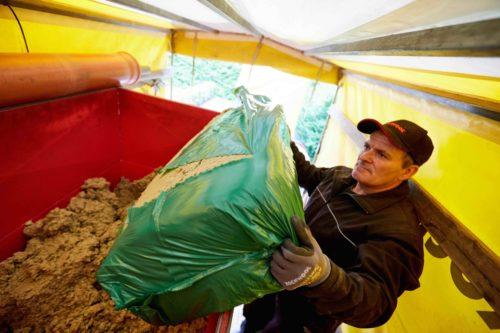 Nichtbrennbar: Steinwolle-Granulat ist als Sackware erhältlich. Foto: Deutsche Rockwool