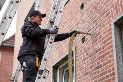 Zweischaliges Mauerwerk: Einblasdämmungen gelangen per Druckluft auch in schwer zugängliche Hohlräume. Foto: Deutsche Rockwool