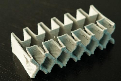 Spaghetti-ähnliche Wülste: Prototyp eines filigran geformten, 3D-gedruckten Keramik-Objekts. Foto: TU Darmstadt