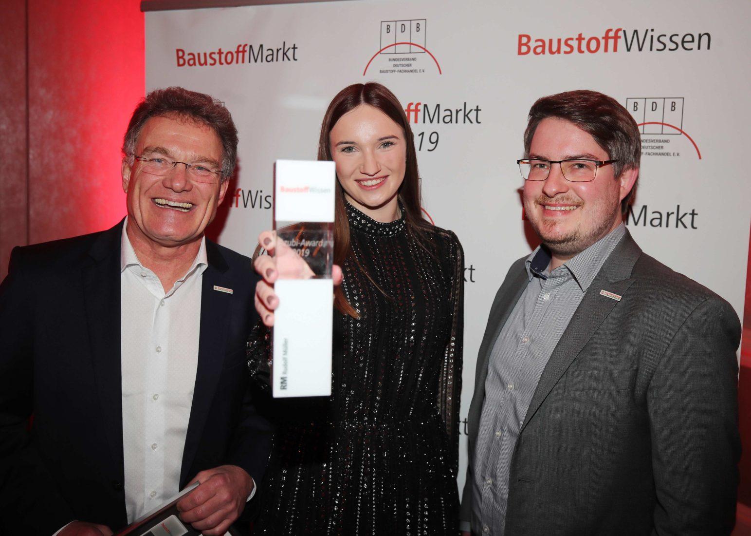 Hartmut Buhren, Anna Swertz und Timo Buhren (v. l.) nahmen den Azubi-Award entgegen. Foto: Redaktion/Thomas Kiehl
