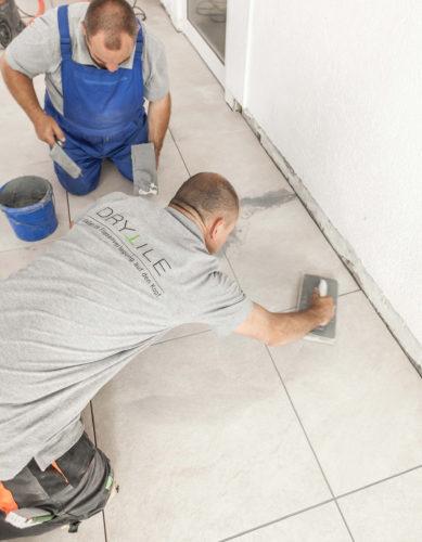 Dry-Tile-System: Die Spezialfugenmasse wird nicht im Schlämmverfahren über den gesamten Belag verteilt, sondern gezielt in die Fugenkammer eingebracht.