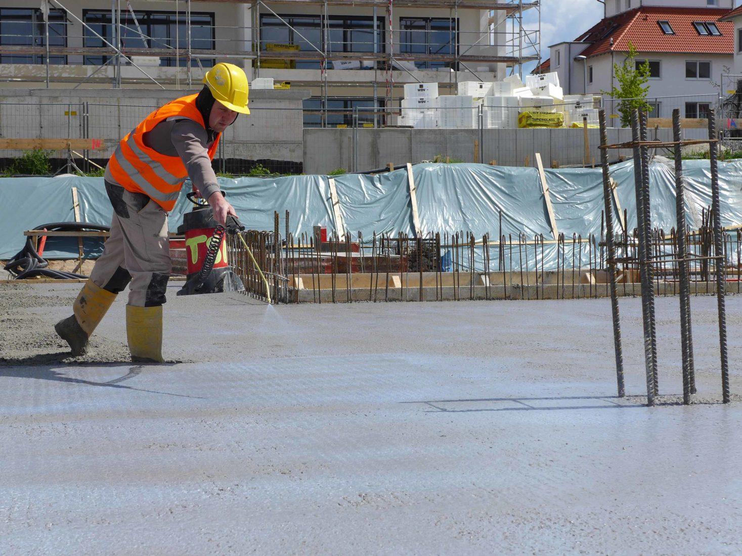 Auftrag eines Beton-Nachbehandlungsmittels im Hochbau. Foto: MC Bauchemie, Bottrop