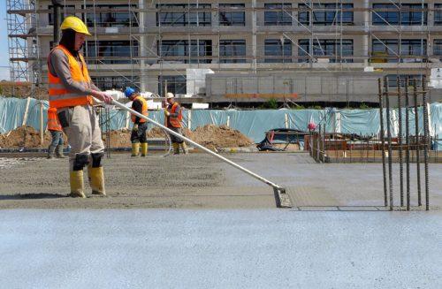 Vor dem Dispersionsauftrag wird die frische Betonfläche geglättet. Foto: MC Bauchemie, Bottrop
