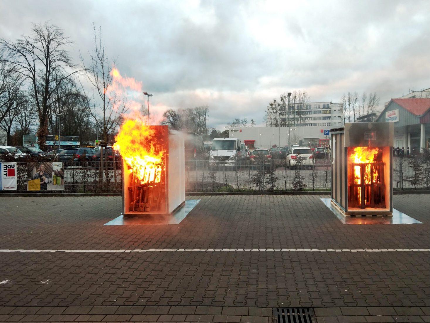 Beim Brandversuch schnitt die linke Box mit Montagefehlern deutlich schlechter ab. Fotos: SGBDD