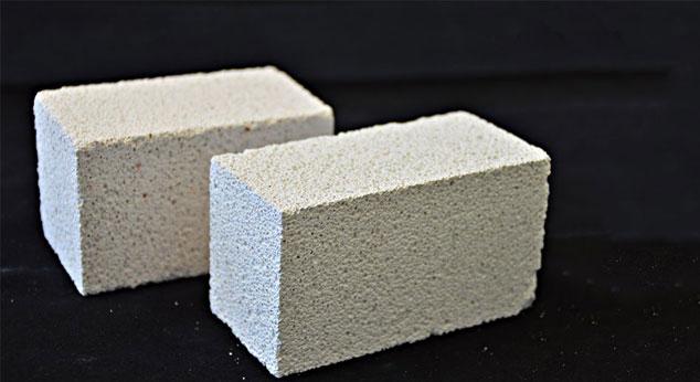Porenbeton aus Ziegel (hinten), Porenbeton aus Kalksandstein (vorne) aus Bauschutt hergestellt..