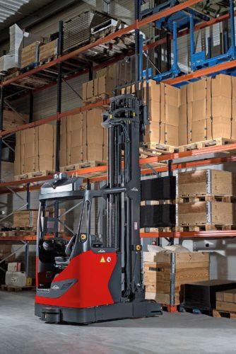 Fahrerlos einsetzbar: Der Schubmaststapler R-MATIC kann palettierte Waren bis 1,6 t vollautomatisch in Hochregale bis 10 m Höhe einlagern. Foto: Linde Material Handling