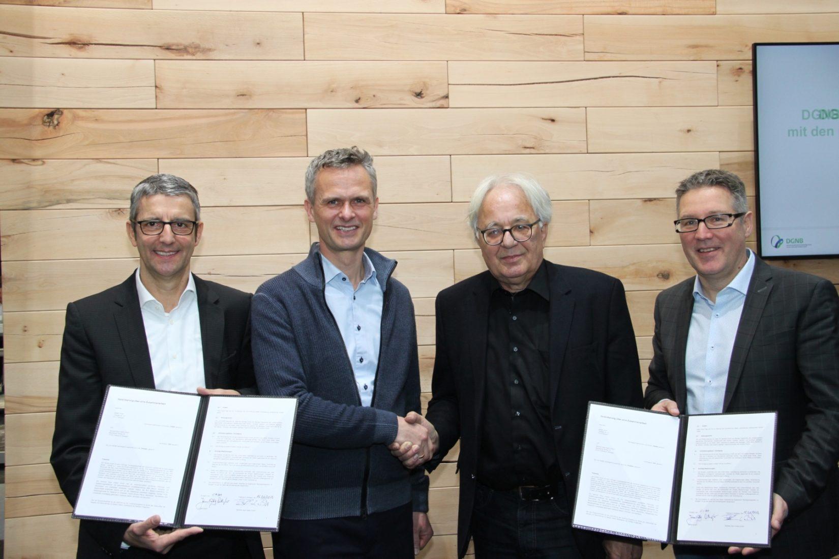 Die Vereinbarung unterzeichneten (v.l.) die Sentinel-Geschäftsführer Christoph Bärle und Peter Bachmann sowie Prof. Alexander Rudolphi (Präsident) und Johannes Kreißig (Geschäftsführender Vorstand) vom DGNB. Foto: DGNB