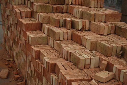 Klassische Backsteine: Diese Vollsteine haben eine deutlich höhere Rohdichte als porosierte Ziegel. Foto: Pixabay