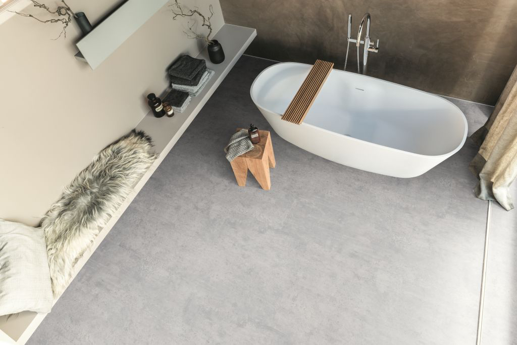 Ungewöhnliches Design: Dieses Feuchtraumlaminat verbindet ein Steindekor mit überraschend angenehmer Fußwärme. Foto: Egger
