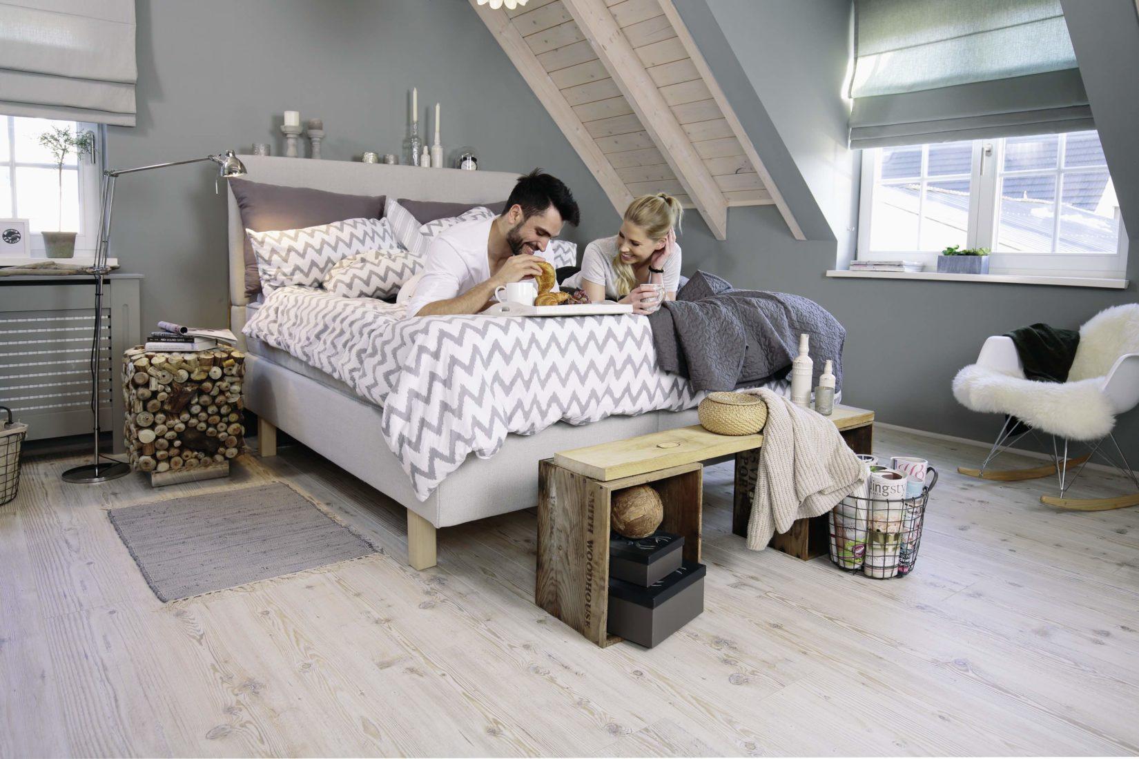 Zum beliebten Skandinavien-Look passen Laminatdekore in heller Nadelholz-Optik. Foto: wineo