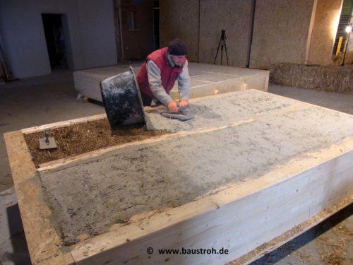 Bei diesem vorgefertigten Wandelement wird die erste Kalkputzlage schon im Werk aufgetragen.