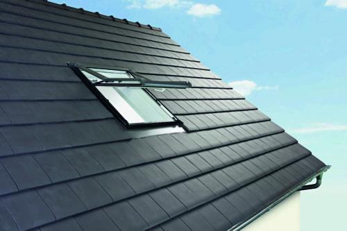 Hoch-Schwingfenster sind ein Kompromiss zwischen Klapp-Schwing- und Schwingfenster. Foto: Roto Dach- und Solartechnologie GmbH