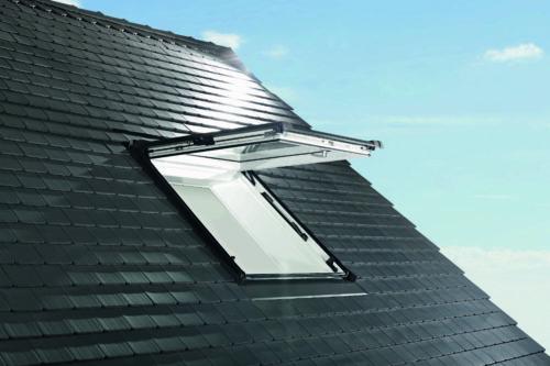 Die Drehachse befindet sich beim Klapp-Schwingfenster ganz oben. Foto: Roto Dach- und Solartechnologie GmbH