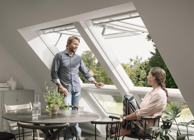 Klapp-Schwing-Fenster bieten maximale Bewegungsfreiheit unterm Fenster. Foto: Velux