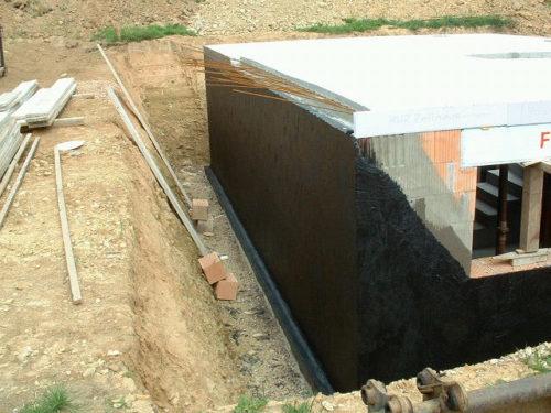Für Kellerwand-Abdichtungen kommen Bitumendickbeschichtungen zum Einsatz. Foto: PCI