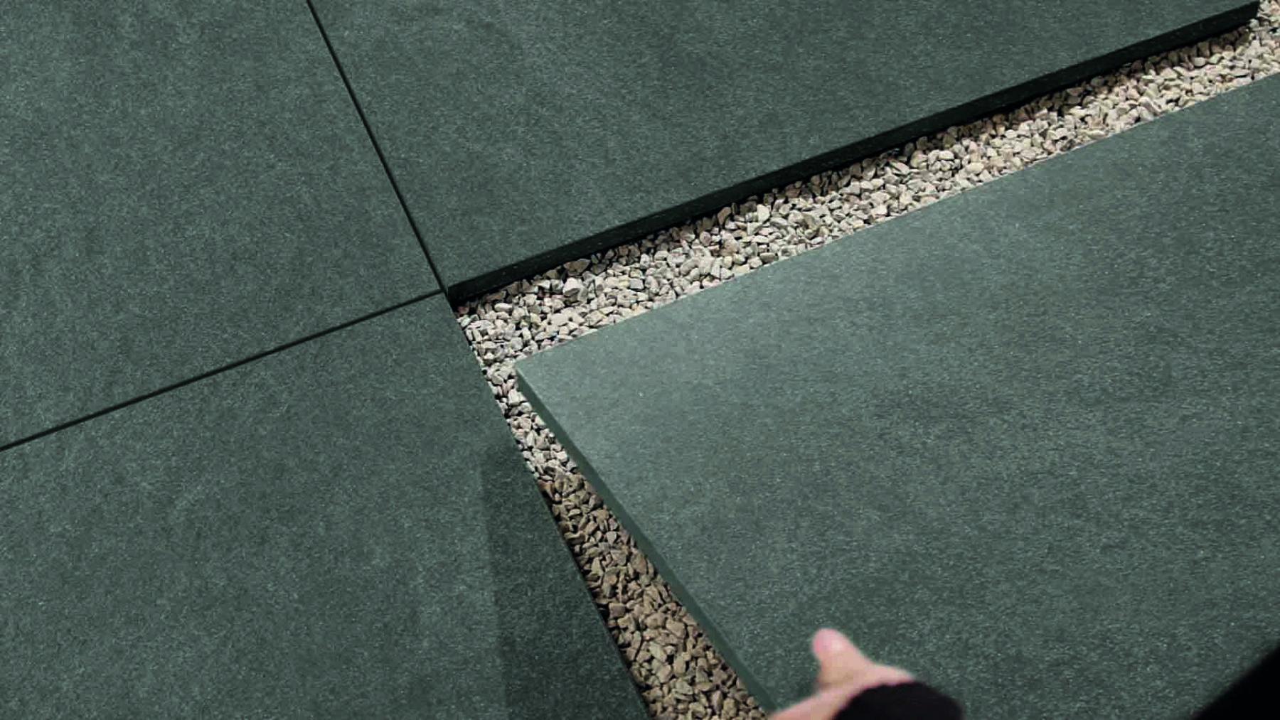 Verlegung im Splittbett: Man legt die Keramikfliesen nur lose auf das Schüttungsmaterial. Foto: Agrob Buchtal GmbH
