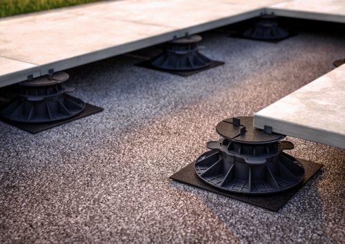 Verlegung auf Stelzlager: Diese Variante eignet sich gut für Balkone und Dachterrassen. Foto: Proline