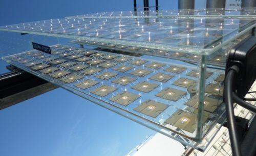 Die Konzentration des Sonnenlichts auf die Solarzellen erfolgt bei diesem CPV-Modul durch eine exakt ausgerichtete Linsenplatte. Foto: Fraunhofer ISE