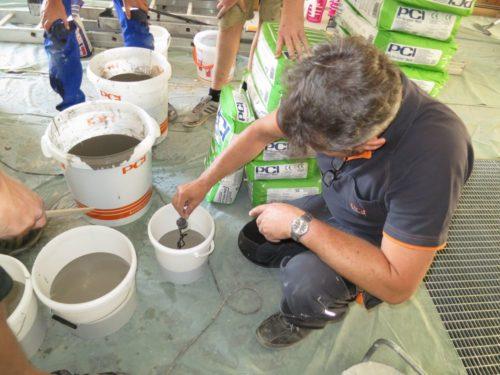 """Die leicht verlaufende Zement-Bodenspachtelmasse lässt sich nach Angaben des Herstellers einfach anmischen, mit dem Abtönkonzentrat """"Oxyd-Type"""" einfärben und durch Gießen einbauen"""