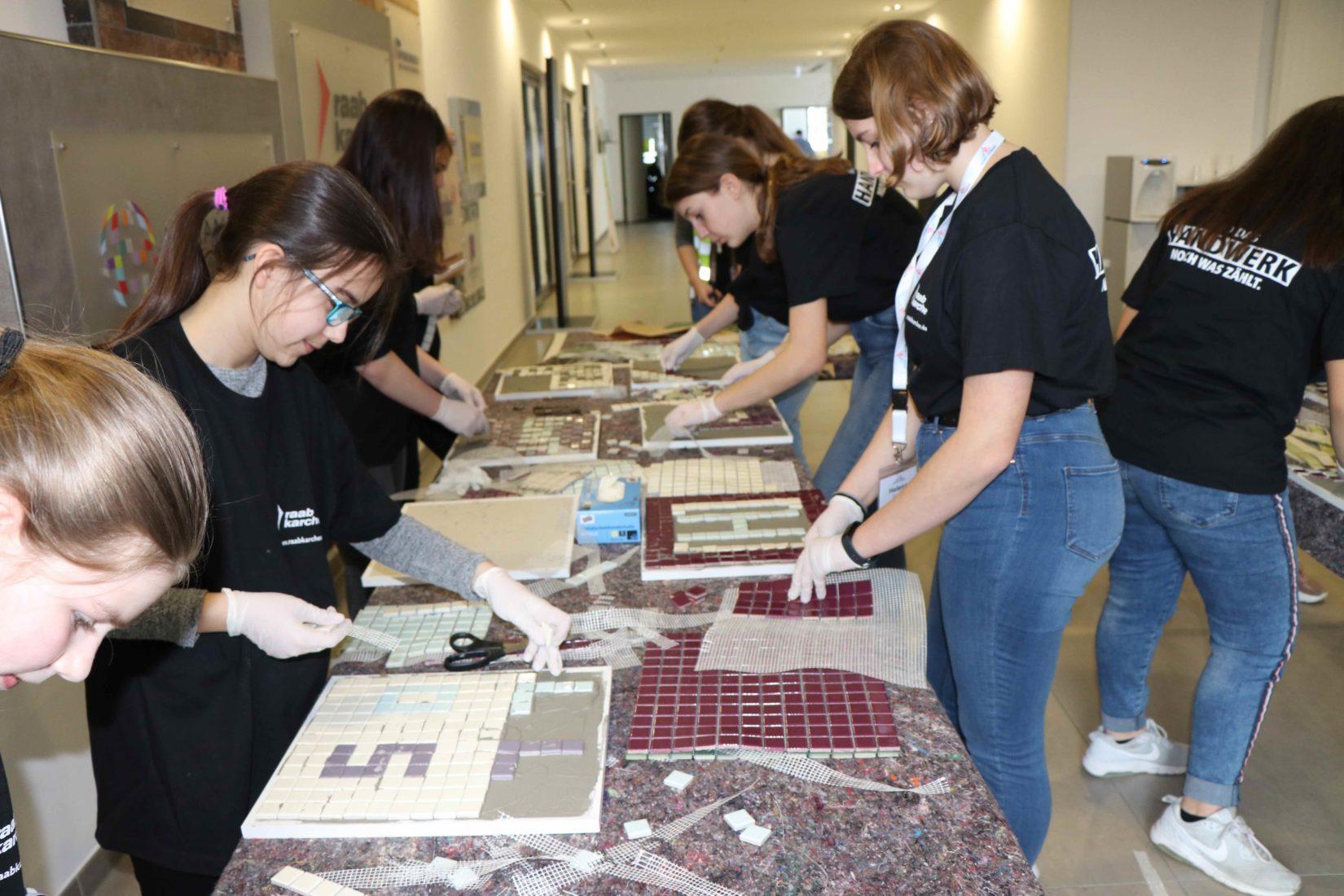 In der Offenbacher Zentrale lernten die eingeladenen Schülerinnen spielerisch die verschiedenen Unternehmensbereiche kennen. Foto: SGBDD