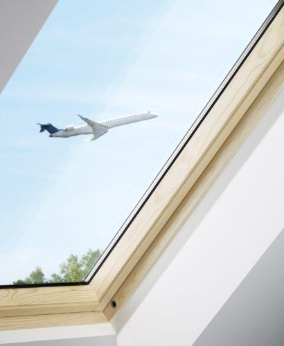Dieses Dachfenster mit Dreifach-Verglasung erfüllt die Anforderungen der Schallschutzklasse 4. Foto: Velux