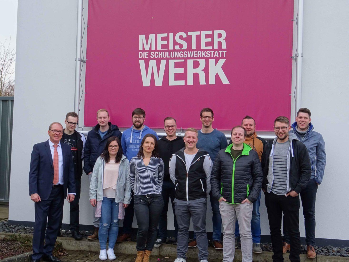 Die zwölf neuen Fachberater Bauelemente und ihr Dozent Peter Ertelt (links). Foto: Eurobaustoff