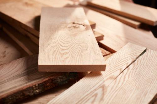 Rot-Eichenholz ist poröser und optisch ungleichmäßiger als das von Weiß-Eichen. Foto: AHEC