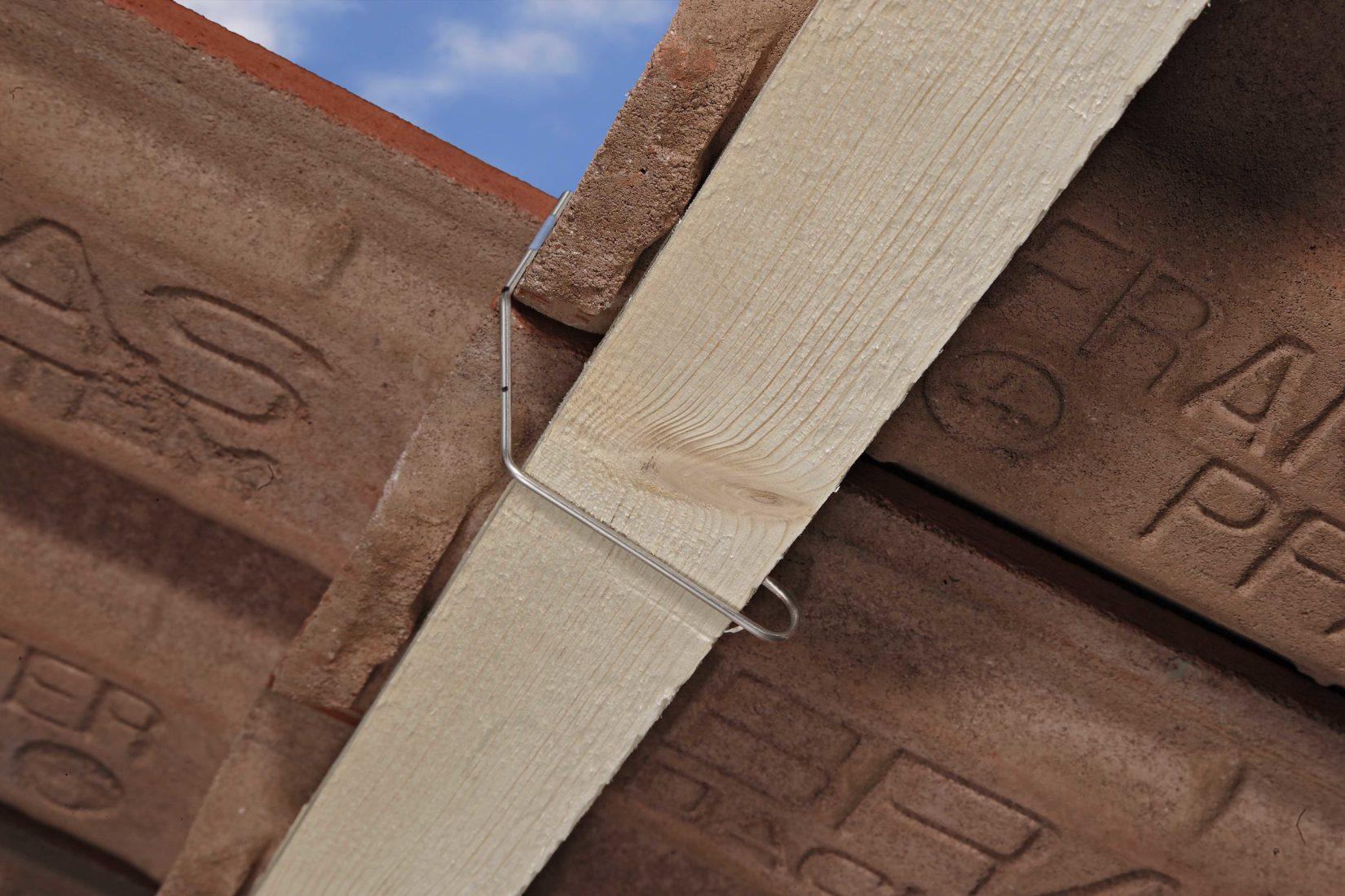 Flexible Sturmklammern werden lose an Dachpfanne und Dachlatte eingehängt. Foto: Braas