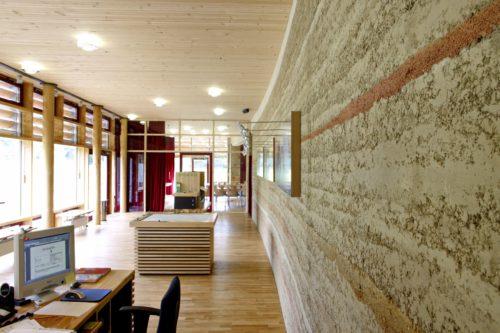 Farbenfroher Stampflehm im Haus der Nachhaltigkeit (Naturparkzentrum Pfälzer Wald). Foto: Claytec/Druwid