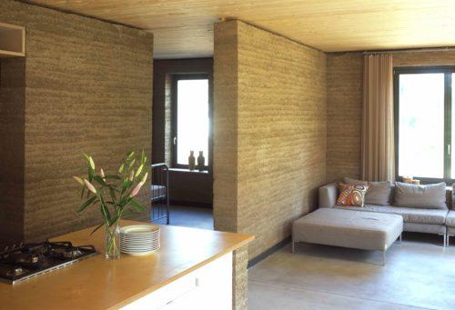 Raumtrennende Stampflehmwände in einem Wohnhaus bei Berlin. Foto: Claytec