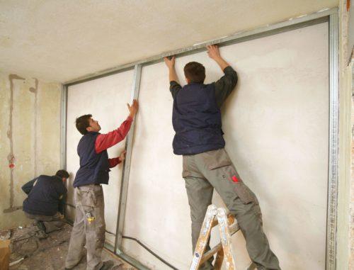 Schalldämmung einer Wohnungstrennwand: Montage der Unterkonstruktion mit 50 mm Abstand zur Massivwand. Foto: Knauf Gips KG / Ducke