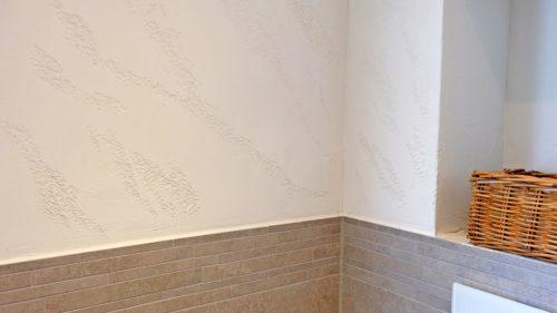 Auf dieser Wand kam eine plastikfreie Spachtelmasse aus weißer Tonerde zum Einsatz. Foto: Emoton