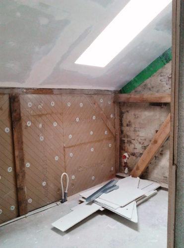 Unebene Wände im Altbau sind mit den flexiblen Dämmplatten kein Problem.