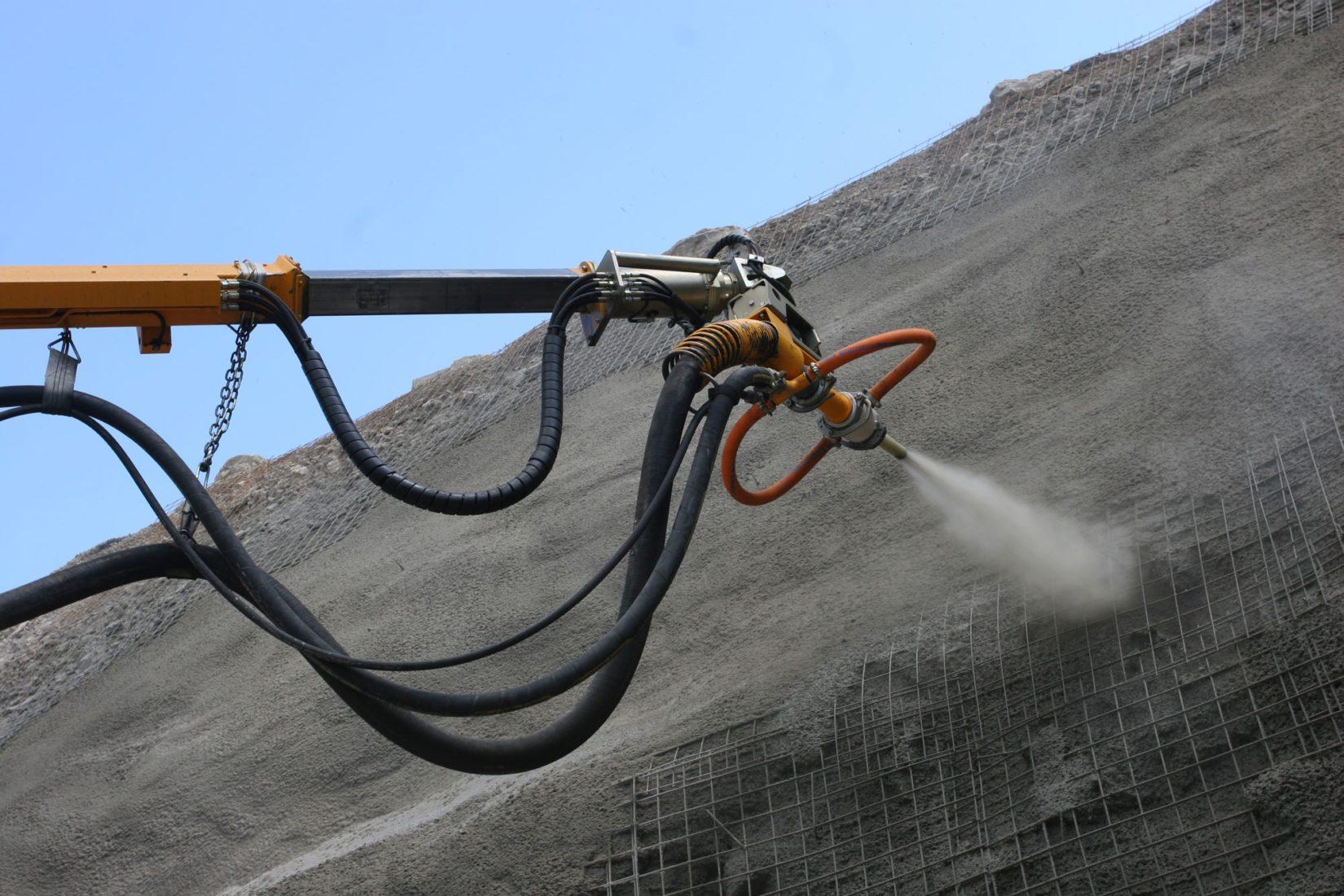 Spritzbeton auf Stahl-Bewehrungsmatten zur Hangsicherung. Foto: Sika Deutschland GmbH