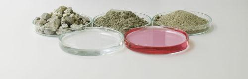 Inhaltsstoffe von Spritzbeton (v.l.): Kies, Wasser, Zement, Betonverflüssiger und Sand. Hinzu kommen Beschleuniger. Foto: Sika Deutschland GmbH