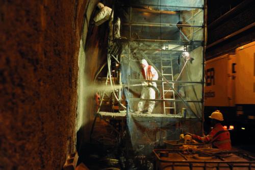 Im Tunnelbau beschichtet man die Wände mit einer Sicherungsschale aus Spritzbeton. Foto: Sakret Bausysteme GmbH & Co. KG
