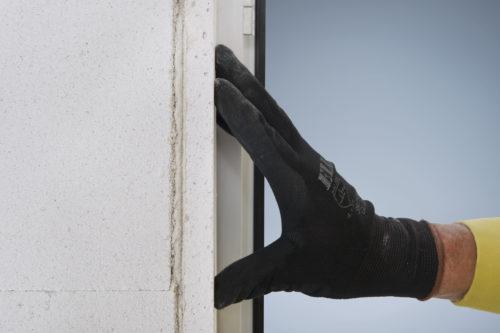 Mineraldämmplatten werden einfach an Innenwände und in Fensterlaibungen geklebt. Foto: Xella