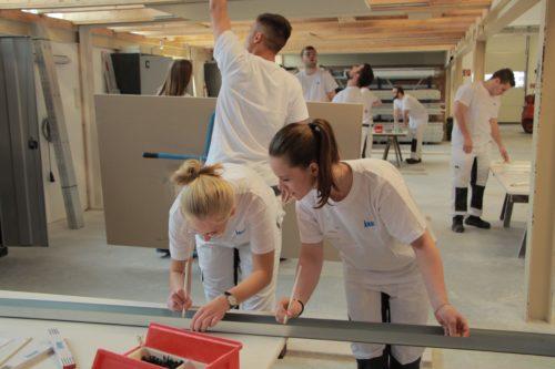 Im Praxisworkshop erlebten die Teilnehmer Knauf-Produkte in der Anwendung. Foto: Knauf